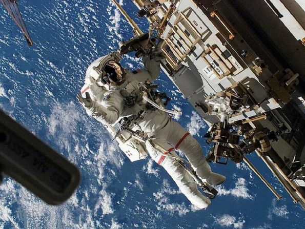 Win the race to space at this awesome astronaut-themed battle